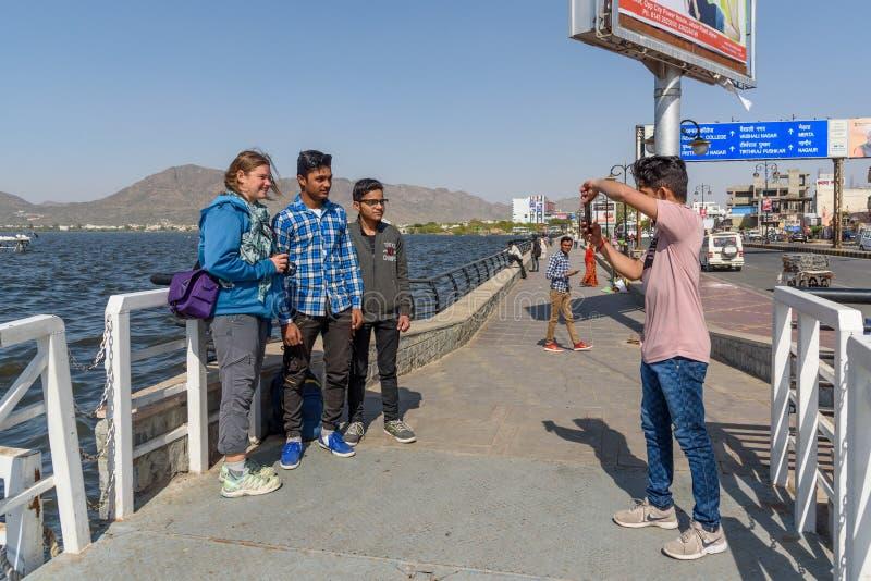 De Indische mensen nemen foto's met Europese toerist op de straat in Ajmer India royalty-vrije stock fotografie