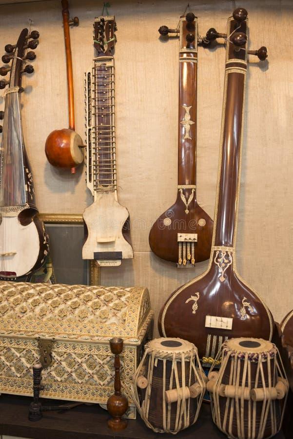 De Indische muzikale instrumenten stringed gitaren geroepen sitars en Indische Volkspercussie tonvormige bastrommels royalty-vrije stock foto