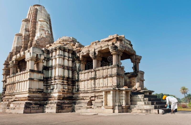 De Indische oudste in een tulband buigt aan heilige tempel in Khajuraho royalty-vrije stock fotografie