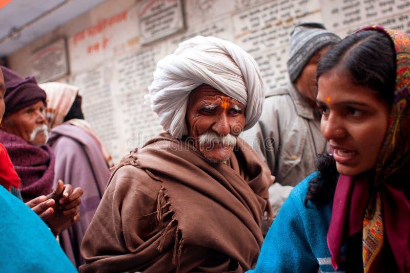 De Indische oudste maakt zijn manier door de menigte stock fotografie