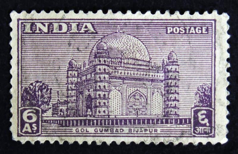 De Indische postzegel toont Gol Gumbad Bijapur - het mausoleum van Mohammed Adil Shah 1627-57, dat in 1656, circa 1949 wordt gebo royalty-vrije stock foto