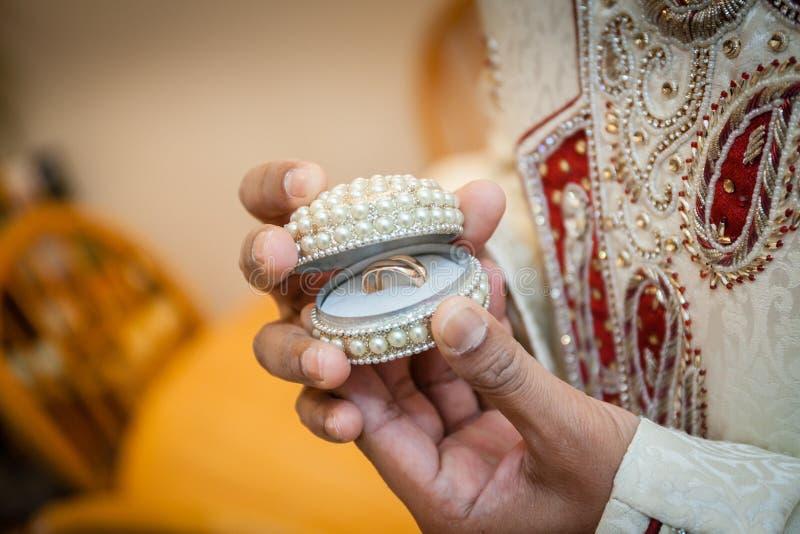De Indische ring van de bruidegomholding stock foto