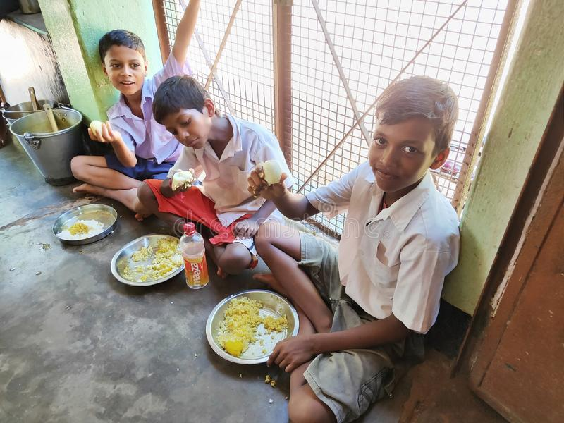 De Indische schoolkinderen eten hun vrije middagmaaltijd op een overheidsschool in Haryana royalty-vrije stock foto