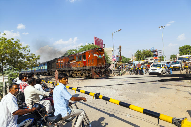 De Indische Spoorwegtrein gaat een spoorwegovergang over royalty-vrije stock afbeelding