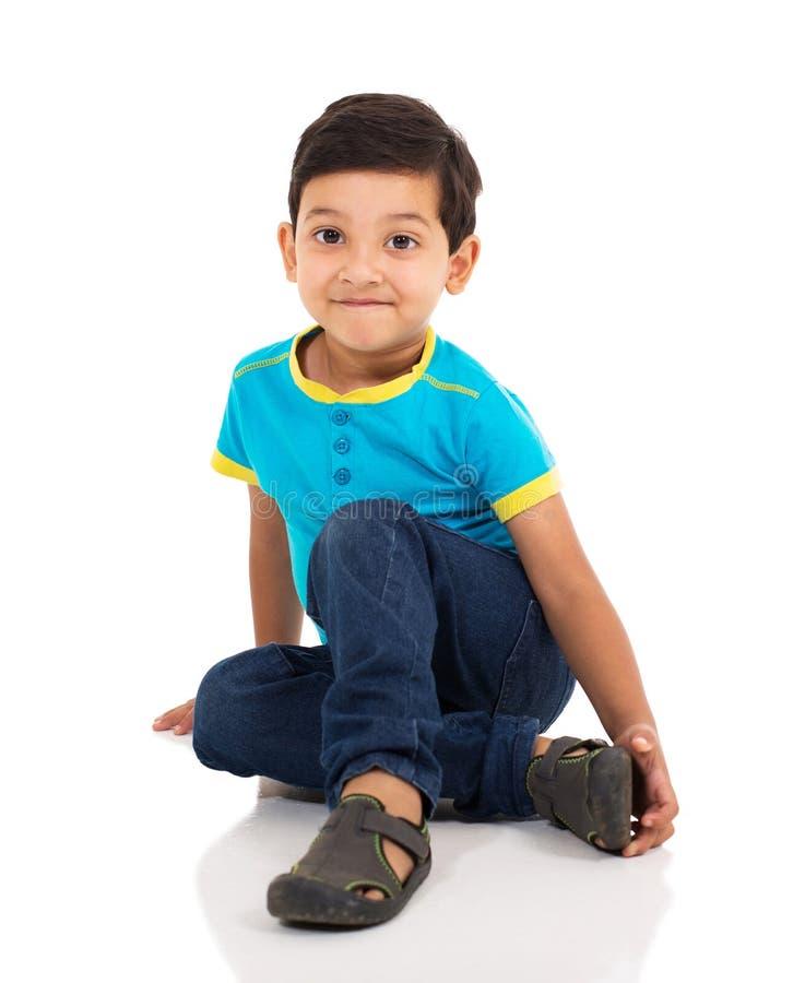 De Indische vloer van de jongenszitting royalty-vrije stock afbeeldingen