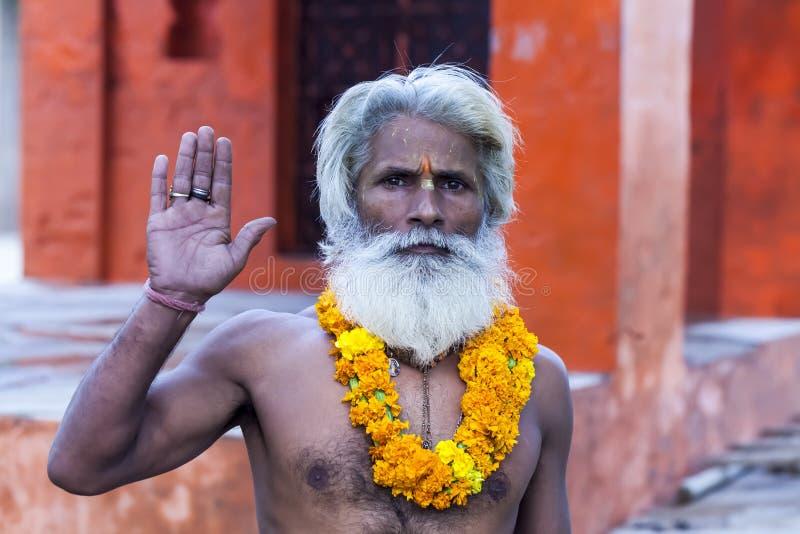 De Indische yogi Baba Ramis begaat riten heilige rituelen India, Anor stock foto's