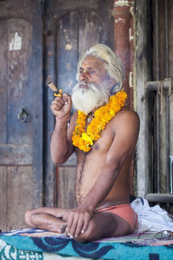 De Indische yogi Baba Ramis begaat riten heilige rituelen India, Anor royalty-vrije stock afbeelding