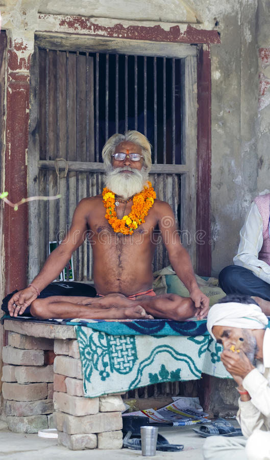 De Indische yogi Baba Ramis begaat riten heilige rituelen India, Anor royalty-vrije stock afbeeldingen