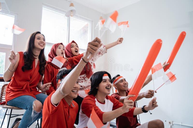 De Indonesische jeugd die nationale onafhankelijkheidsdag vieren die rood en wit dragen royalty-vrije stock afbeeldingen