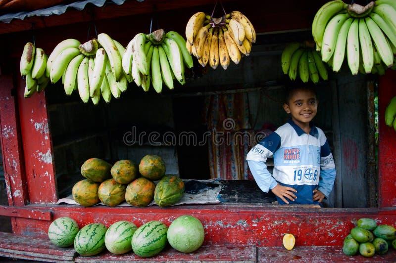 De Indonesische jongen en het fruit. royalty-vrije stock afbeelding