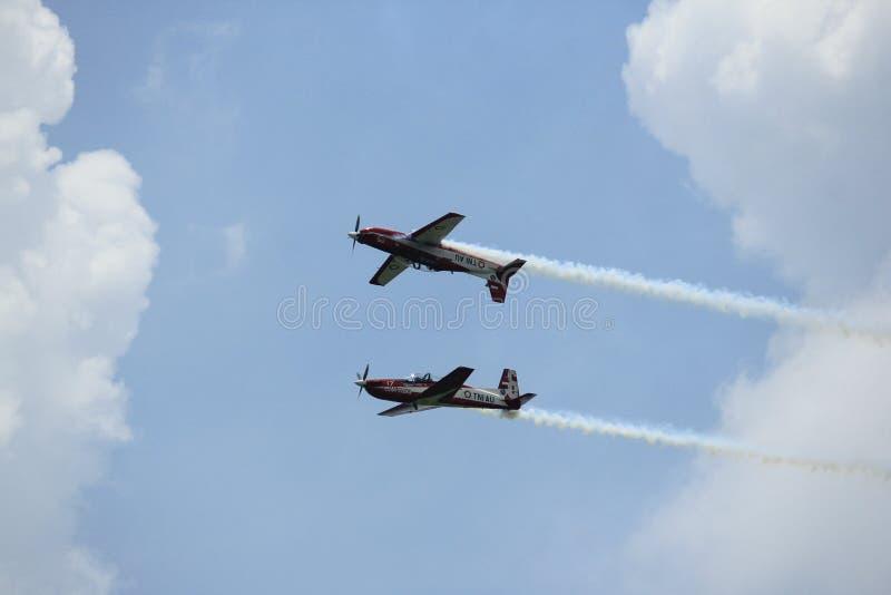 De Indonesische Luchtmacht Jupiter Aerobatic Team van het spiegelmanoeuvre stock afbeeldingen