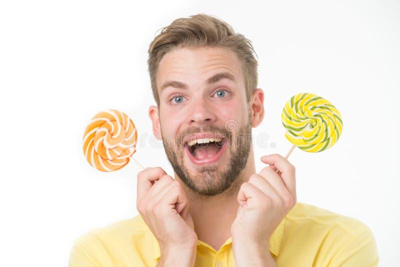 De indrukwekkende voeding van de feitensuiker Houdt de mensen knappe gebaarde kerel lollysuikergoed De mens met lolly kijkt verra royalty-vrije stock foto's