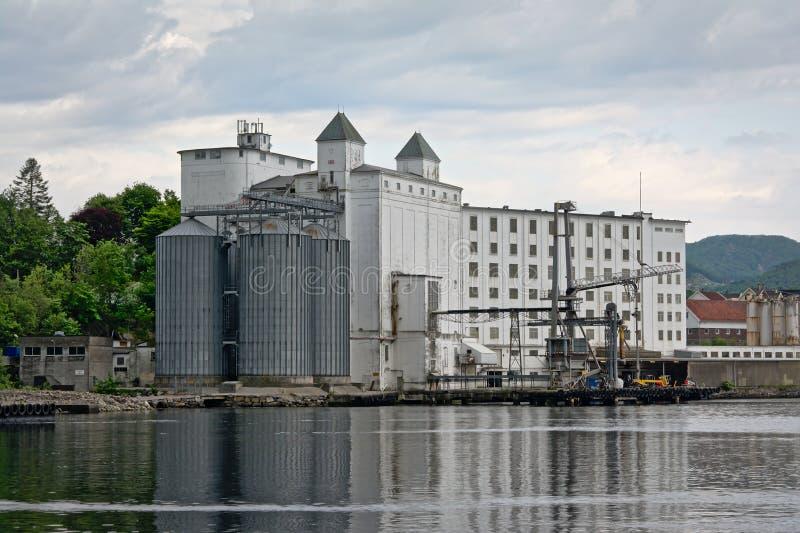 De industriële bouw met silo in Tau haven royalty-vrije stock afbeeldingen