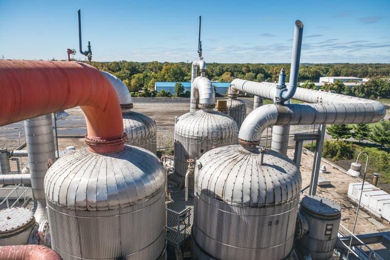 De industriële chemische installatie van de machtsgeneratie tegen de blauwe hemel stock afbeelding