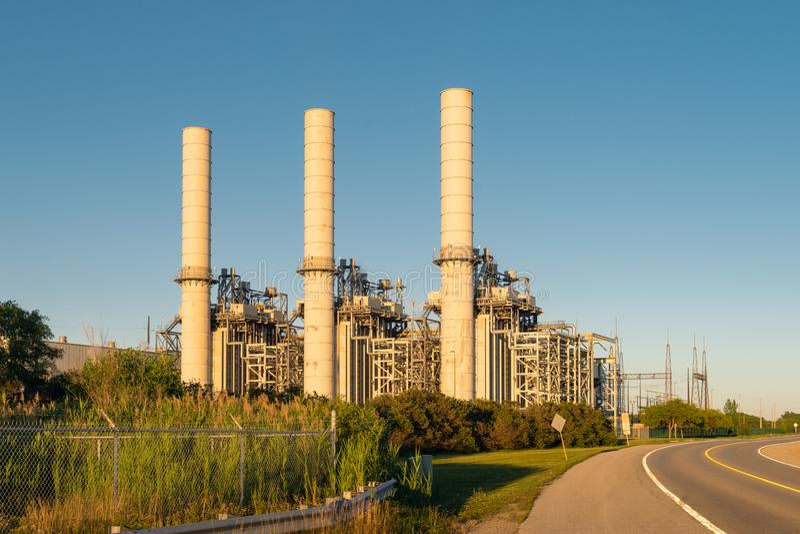De industriële faciliteit van de machtsgeneratie bij zonsondergang stock fotografie