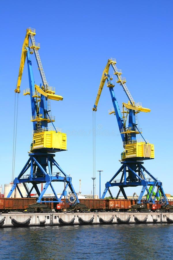 De industriële kraan van de haven gele blauwe lading stock foto