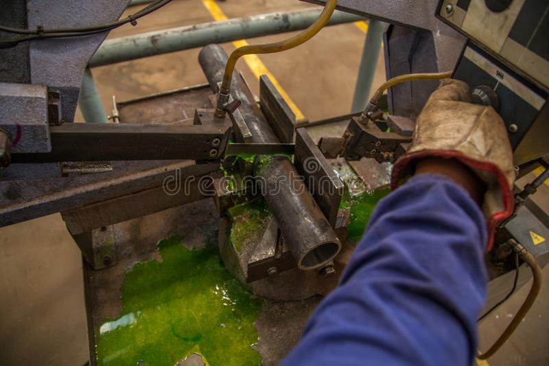De industriële machine van de besnoeiingsbuis stock foto's