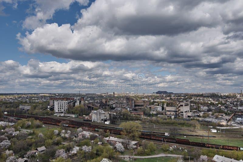 De industriële oude fabrieksbouw met een spoorweg stock foto