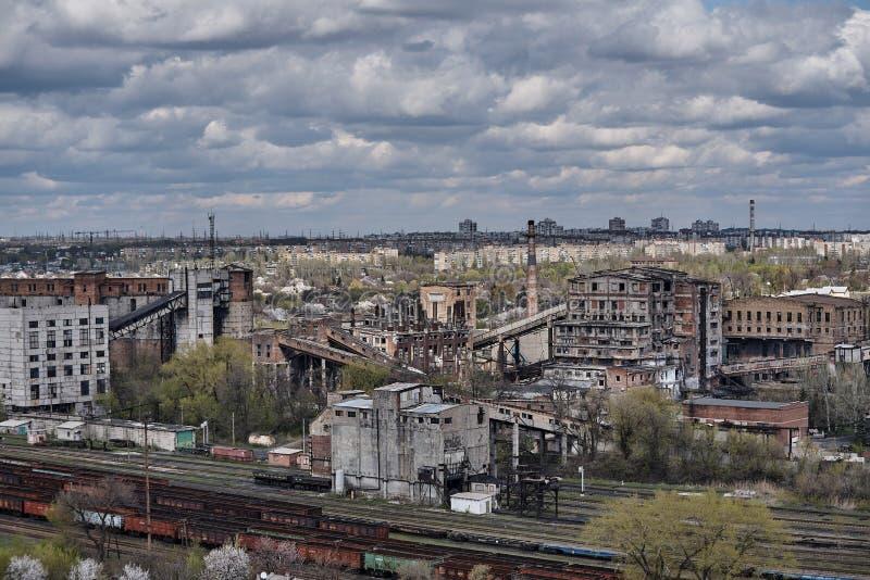 De industriële oude fabrieksbouw met een spoorweg stock afbeeldingen