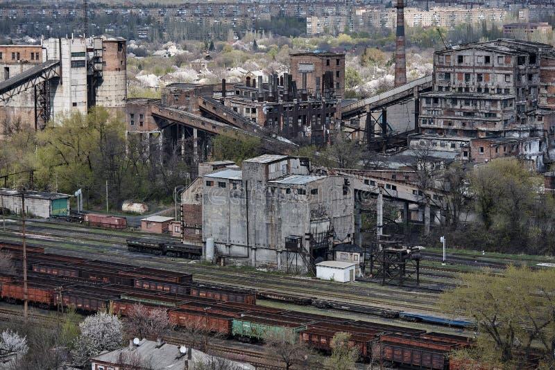De industriële oude fabrieksbouw met een spoorweg royalty-vrije stock afbeelding