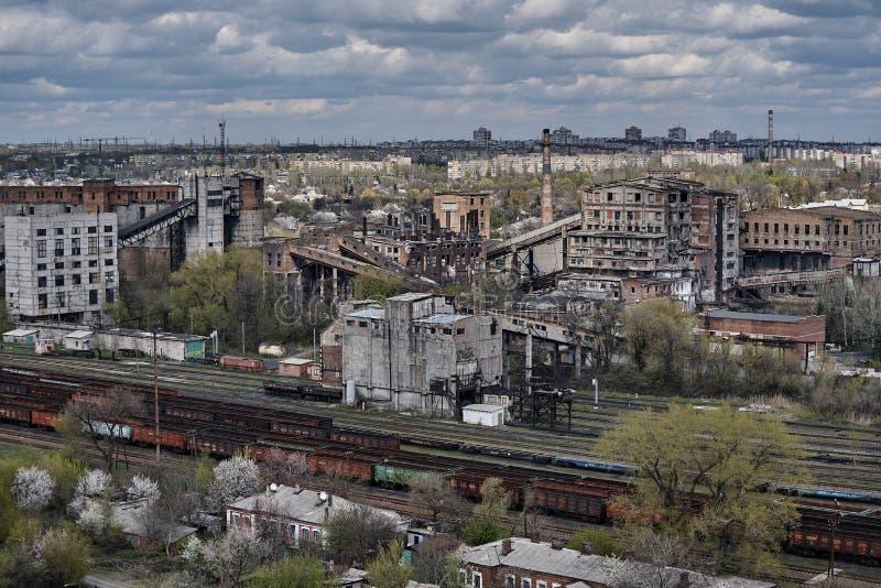 De industriële oude fabrieksbouw met een spoorweg royalty-vrije stock fotografie