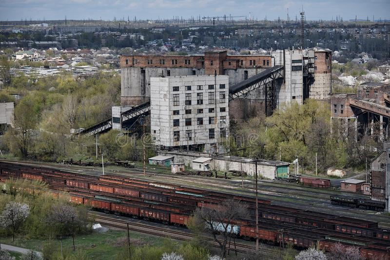De industriële oude fabrieksbouw met een spoorweg stock fotografie
