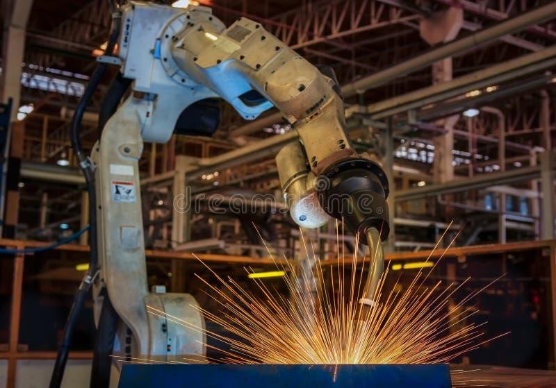 De industriële robot is beweging van robotlassen in fabriek royalty-vrije stock afbeeldingen