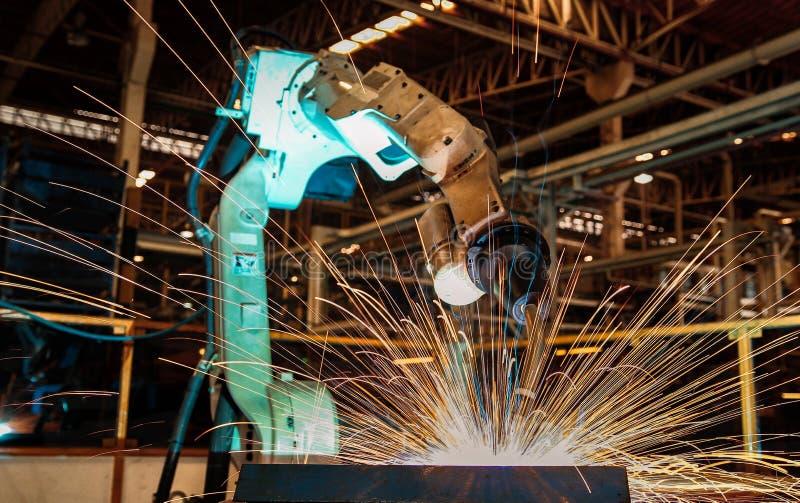 De industriële robot last in automobieldeelfabriek royalty-vrije stock afbeelding