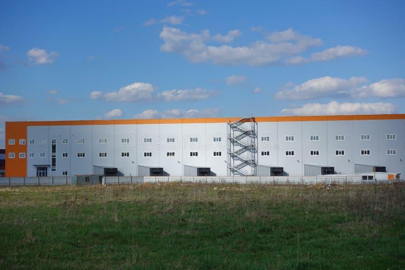 De industri?le bouw, pakhuis Blauwe Hemel met Wolken stock fotografie