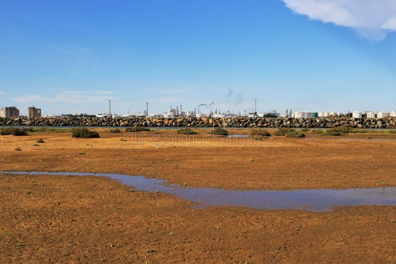 De industrie en het de woestijnmilieu en fabrieken stock foto