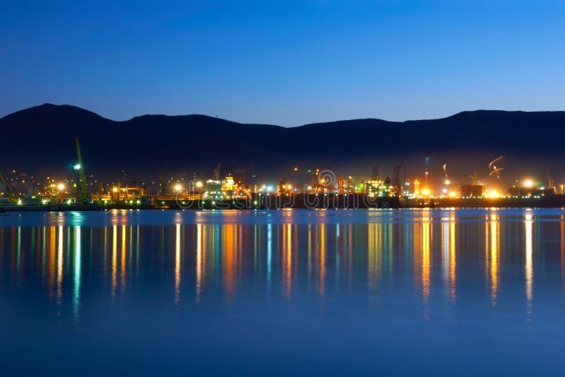 De industriestad bij nacht royalty-vrije stock afbeelding