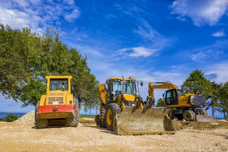 De industrievoertuigen bij de bouwwerf stock foto