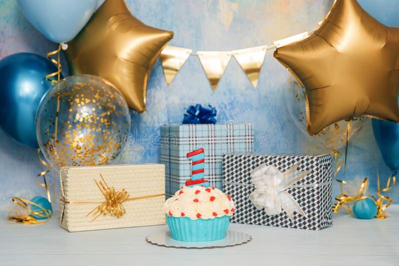 De Ineenstorting van de verjaardagscake met aantal Eerste cakebaby Het decor van de verjaardag De Cakeineenstorting van de jongen royalty-vrije stock fotografie