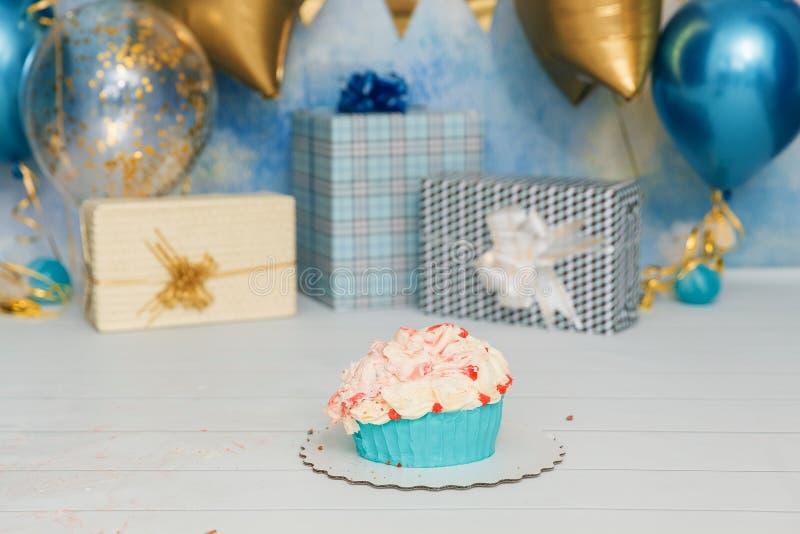 De Ineenstorting van de verjaardagscake met aantal Eerste cakebaby Het decor van de verjaardag De Cakeineenstorting van de jongen royalty-vrije stock afbeelding