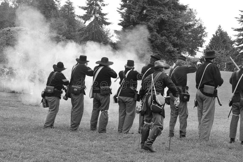 De infanterielijn die van de Unie een salvo in brand steekt royalty-vrije stock afbeeldingen