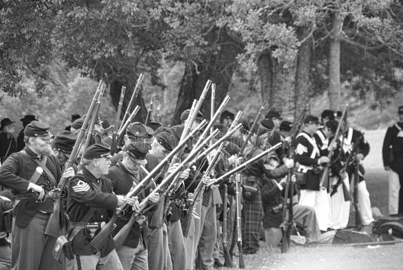 De infanterielijn die van de Unie een salvo in brand steekt royalty-vrije stock afbeelding