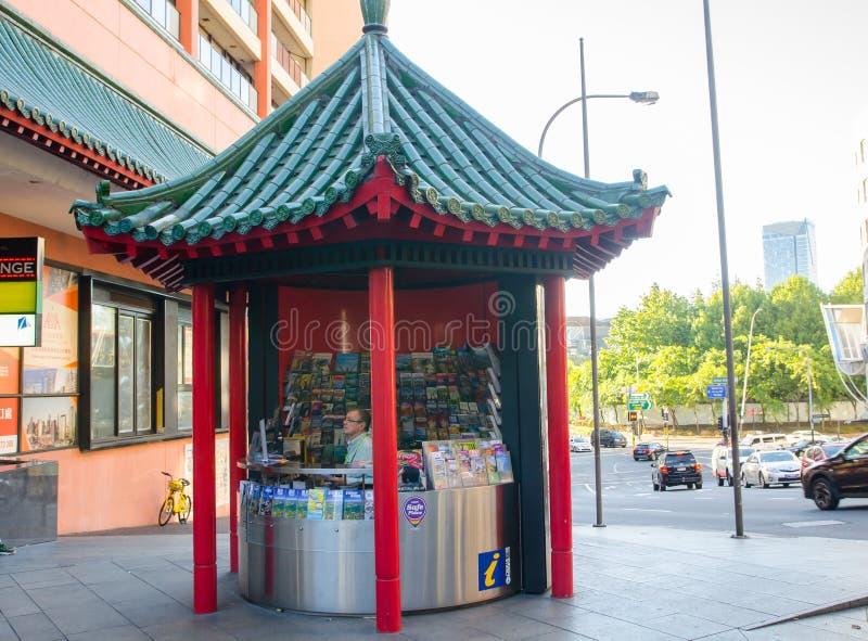De Informatiekiosk van de Haymarketbezoeker in de Chinese stijl van het architectuurdak bij de stad van China stock foto