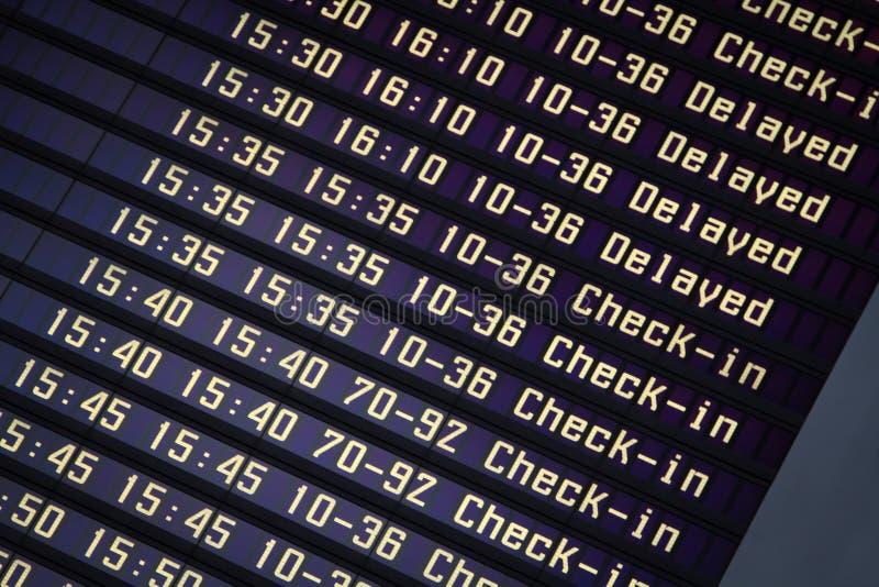 De informatieraad van vluchten in luchthaventerminal royalty-vrije stock afbeelding