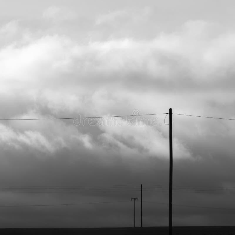 De infrastructuur van elektriciteit en telefoonverbindingen op plattelandsgebieden royalty-vrije stock foto