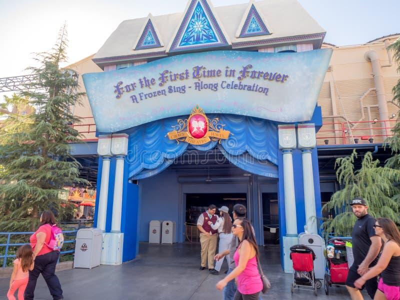 De ingang aan Bevroren zingt een lang stadium toont bij het Avonturenpark van Disney Californië stock foto