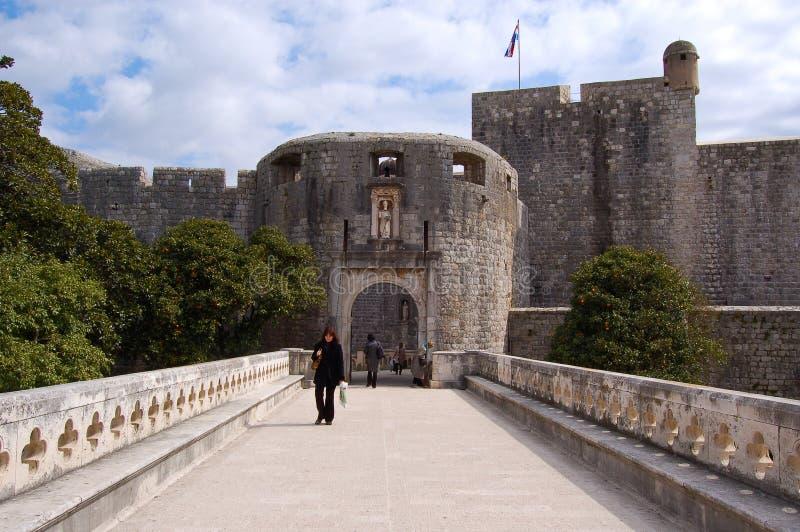 De ingang aan de historische citadel van dubrovnik in Kroatië stock afbeelding