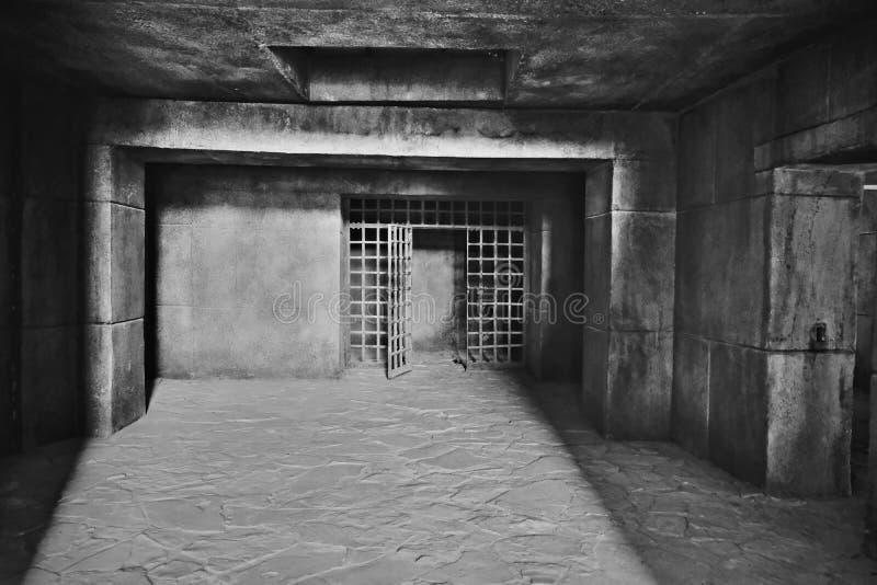 De ingang aan de donkere kerker met muren van grote concrete blokken en een plafond van monolithisch die gewapend beton, in wordt stock foto's
