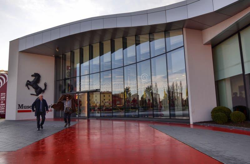 De ingang aan het Ferrari-museum, het zwarte steigerende paard gaat zonder twijfel weg: wij zijn in het huis van motoren royalty-vrije stock fotografie