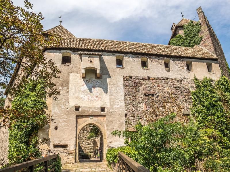 De ingang aan Runkelstein-Kasteel, Castel Roncolo, Bolzano, Italië royalty-vrije stock fotografie