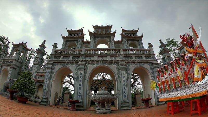 De ingang van een heilige en oude tempel stock fotografie