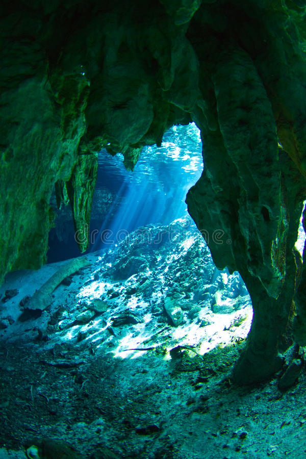 De ingang van Gran cenote stock afbeeldingen