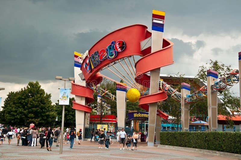 De ingang van het Dorp van Disney in Disneyland Toevlucht Parijs royalty-vrije stock foto