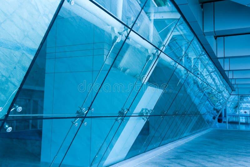 De ingang van het glas aan de moderne bouw royalty-vrije stock afbeelding
