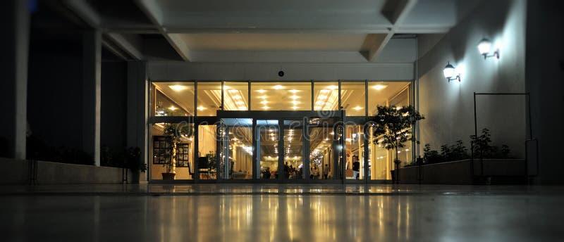 De ingang van het hotel die bij schemer wordt genomen royalty-vrije stock fotografie