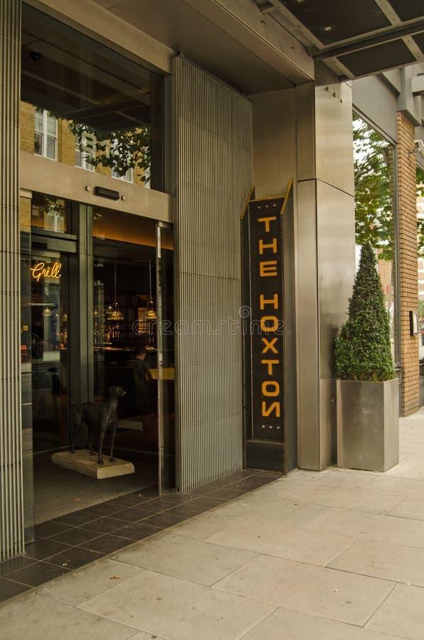 De ingang van het Hoxtonhotel, Londen stock afbeeldingen